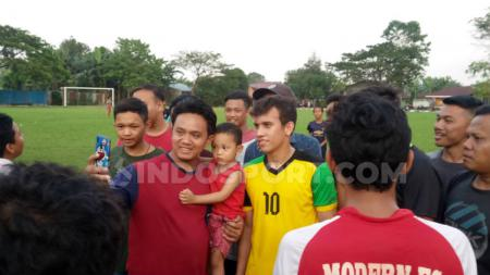 Egy Maulana Vikri saat meladeni foto bersama warga sekitar di lapangan bola Sri Semayang, Sunggal, Deli Serdang, Sumatera Utara, Rabu (25/12/19) petang. Aldi Aulia Anwar/INDOSPORT - INDOSPORT