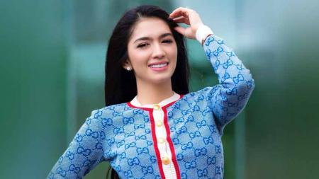 Aktris sekaligus presenter ternama Indonesia, Angel Karamoy mendapatkan banjir pujian dari netizen usai memamerkan Gerakan luwes saat olahraga golf. - INDOSPORT