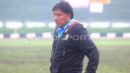 Pelatih PSKC Cimahi, Robby Darwis, mendampingi tim dalam laga Liga 3 2019 di Stadion Siliwangi, Kota Bandung, Kamis (26/12/19). - INDOSPORT