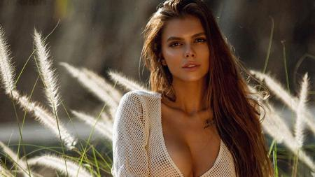 Viktoria Odintcova, model cantik asal Rusia, mengaku kenal dengan Lewis Hamilton. - INDOSPORT