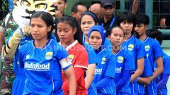 Indosport - Kapten Persib Putri, Een Sumarni bersama pemain lainnya di Stadion Siliwangi, Kota Bandung beberapa waktu lalu.