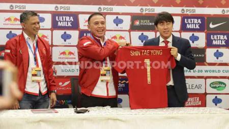 PSSI telah resmi memperkenalkan pelatih Timnas Indonesia, asal Korea Selatan, Shin Tae-yong di Stadion Pakansari, Sabtu (28/12/19). - INDOSPORT