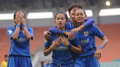 Indosport - Nurul Inayah (kedua dari kiri) mencetak gol pertama PERSIB Putri ke gawang PS Tira Persikabo di Liga 1 Putri.
