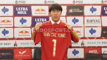 Pelatih sepak bola timnas Indonesia, Shin Tae-yong, sepertinya ingin menghormati dan tak berniat menyaingi pelatih timnas Vietnam, Park Hang-seo. - INDOSPORT