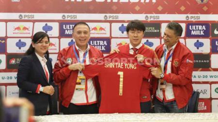 PSSI pada Sabtu (28/12/19), resmi mengumumkan Shin Tae-yong sebagai Pelatih Timnas Indonesia yang baru. Dikontrak selama empat tahun, Menpora Indonesia, Zainudin Amali, pun berharap masyarakat memberikan dukungan untuk pelatih asal Korea Selatan tersebut. - INDOSPORT