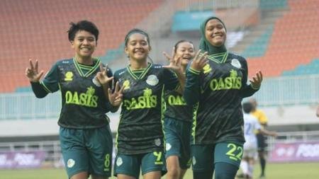 Insyafadya Salsabilla (paling kiri, behijab) berhasil keluar sebagi top skor Liga 1 Putri 2019. - INDOSPORT