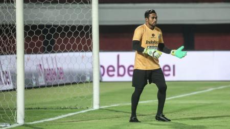 Kiper Bali United, Samuel Reimas, beraksi dalam pertandingan Liga 1. - INDOSPORT