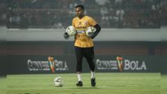 Indosport - Kiper klub Liga 1 Bali United, Samuel Reimas mengapresiasi donasi masker yang dilakukan timnya bersama salah satu sponsor.