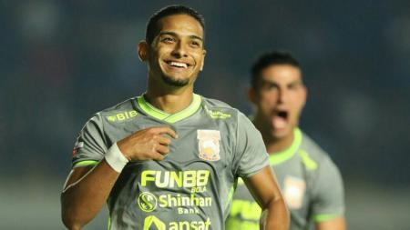 Borneo FC secara resmi mengonfirmasi tidak memperpanjang kontrak pemain terbaik Liga 1 2019, Renan Silva. - INDOSPORT