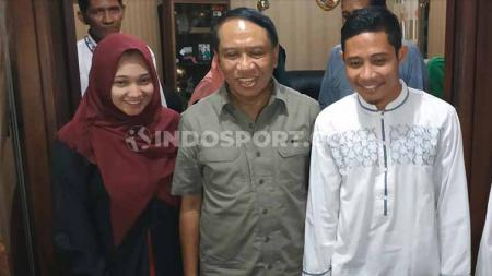 Evan Dimas didampingi calon istri Zahra Hakim dan Menpora Zainuddin Amali di rumahnya, Sabtu (28/12/19). - INDOSPORT