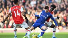 Indosport - Pierre-Emerick Aubameyang saat ingin merebut bola dari pemain Chelsea.