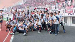 Indosport - Skuat Persijap Jepara saat melakukan selebrasi kemenangan usai meraih gelar Liga 3 2019.
