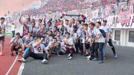 Skuat Persijap Jepara saat melakukan selebrasi kemenangan usai meraih gelar juara Liga 3 2019. - INDOSPORT