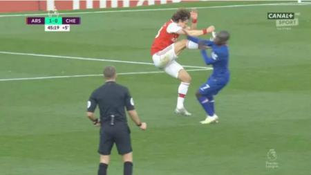 David Luiz lakukan tendangan horor ke arah N'Golo Kante di pertandingan Liga Inggris antara Arsenal vs Chelsea. - INDOSPORT