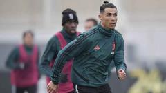 Indosport - Megabintang Juventus, Cristiano Ronaldo, yang mengubah gaya rambutnya menjadi top knot.