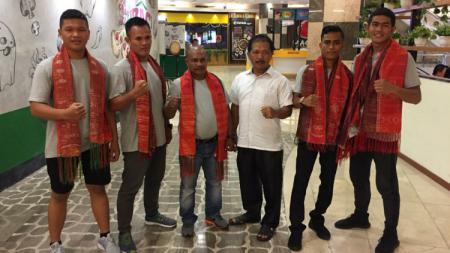 Ketua Pengprov Pertina Sumut, Romein Manalu (baju putih), foto bersama dengan pelatih dan atletnya usai tampil di turnamen di Malaysia. - INDOSPORT