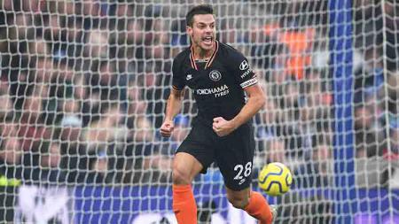Cesar Azpilicueta berselebrasi usai mencetak gol ke gawang Brighton di laga lanjutan Liga Inggris, Rabu (01/01/20). - INDOSPORT