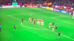 Indosport - Gelandang bertahan Manchester United, Fred, melakukan tendangan bebas konyol saat laga pekan ke-21 Liga Inggris kontra Arsenal.