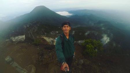 Terdapat lima bintang Persib Bandung yang memiliki hobi olahraga lain, yakni mendaki gunung, salah satunya Beckham Putra Nugraha. - INDOSPORT