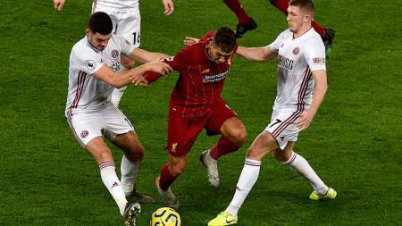 Roberto Firmino sedang berusaha untuk melewati dua penjagaan dari pemain Sheffield United di laga pekan ke-21 Liga Inggris. - INDOSPORT