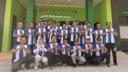 Walikota dan segenap pejabat Pemkot Jakarta Selatan mengenakan jersey PSJS Jakarta Selatan saat meresmikan Lapangan Blok S, Selasa (31/12/19). - INDOSPORT
