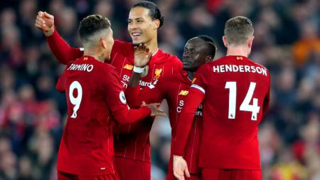 Sadio Mane, bintang klub Liga Inggris, Liverpool menolak dipeluk oleh Roberto Firmino saat laga kontra Sheffield United. - INDOSPORT
