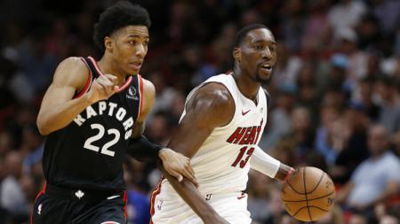 Bam Adebayo dan Patrick McCaw di laga NBA Miami Heat vs Toronto Raptors. - INDOSPORT
