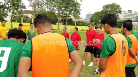 Pelatih anyar PSMS Medan, Philep Hansen, langsung pimpin latihan PSMS usai diperkenalkan sebagai pelatih baru. (Foto: Aldi Aulia Anwar/INDOSPORT) - INDOSPORT