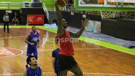 Tim basket Louvre Surabaya, terus melakukan persiapan menjelang kompetisi Indonesia Basketball League (IBL) 2020. - INDOSPORT