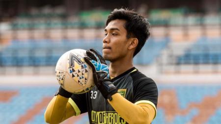 Sedikitnya ada 4 kandidat klub Liga 1 2020 yang dapat merekrut kiper Miswar Saputra usai dilepas Persebaya Surabaya belum lama ini. - INDOSPORT