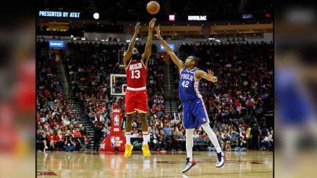 Pemain megabintang Houston Rockets, James Harden (kiri) saat melakukan tembakan tiga angka dalam pertandingan melawan Philadelphia 76ers - INDOSPORT