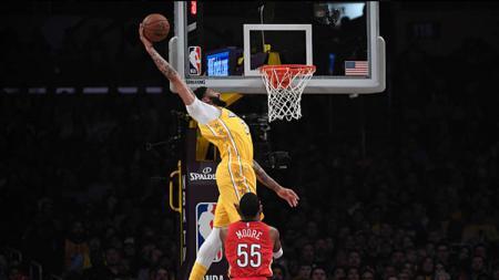 Bintang NBA dari tim LA Lakers, Anthony Davis, mengalami cedera setelah jatuh mengerikan, Rabu (08/01/20). - INDOSPORT