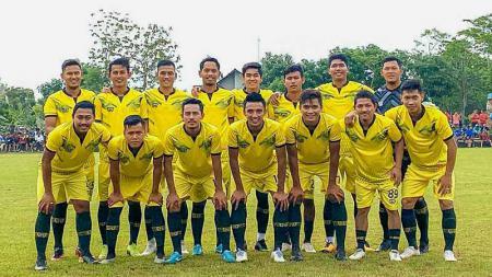 Para pemain Liga 1 yang berasal dari Jawa Tengah mengikuti laga amal di Lapangan Pandansari, Desa Pesawahan, Kabupaten Kendal, Jumat (3/2/20) sore. - INDOSPORT