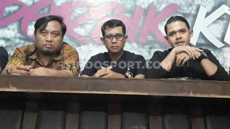 Pelatih Persik Joko Susilo didampingi Beny Kurniawan (Manajer) dan Abdul Hakim Bafagih (CEO). - INDOSPORT
