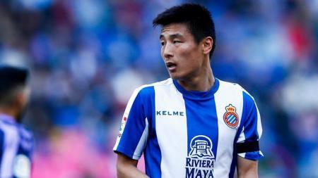 Pemain Espanyol asal China, Wu Lei memberikan respon mengejutkan usai diajak eks Manchester United, Dong Fangzhou ke Liga Inggris. - INDOSPORT