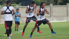 Indosport - Pemain anyar Bali United dari PSM Makassar, M. Rahmat (kedua dari kanan) gembira Liga 1 akan dimulai pada 29 Februari 2020.