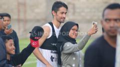 Indosport - Skuat mini klub Liga 1 Bali United mulai menggelar latihan tertutup di Lapangan Trisakti, Legian, Badung. Latihan ini dilakukan sebagai tambahan agar tak kehilangan sentuhan bermain.