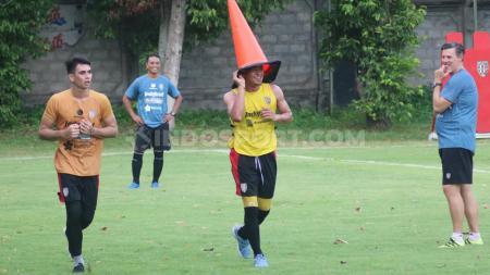 Wawan Hendrawan dan Nadeo Argawinata menjadi inspirator bagi kiper Timnas Indonesia U-16 dan Bali United, I Made Putra Kaicen. - INDOSPORT