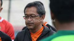 Indosport - Aji Santoso menggejot fisik pemain Persebaya Surabaya saat TC di Yogyakarta.