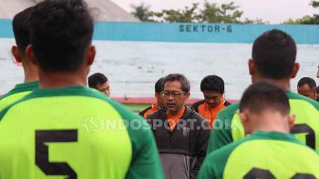 Aji Santoso memimpin latihan perdana Persebaya Surabaya menjelang Liga 1 2020 di Stadion Gelora Delta, Sidoarjo. Senin (6/1/20). - INDOSPORT