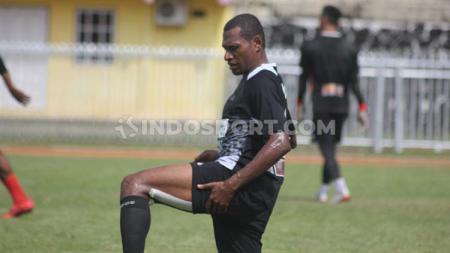 Bek senior Persipura Jayapura, Yustinus Pae mengaku sedikit dirugikan dengan penundaan lanjutan kompetisi Liga 1 2020. - INDOSPORT