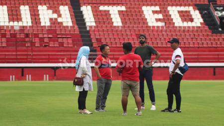 Perwakilan Lagardere Sport, Sameer Singh (hijau) didampingi perwakilan PSSI dan Bali United saat memantau Stadion Kapten I Wayan Dipta, Gianyar, Senin (6/1/20). - INDOSPORT