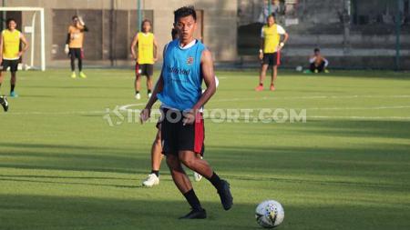 Penyerang klub Liga 1 2020 Bali United, Lerby Eliandry Pong Babu, ternyata pernah jadi atlet bulutangkis. - INDOSPORT