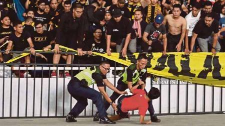 FAM mendapat denda dari FIFA menyusul insiden kericuhan di ajang Kualifikasi Piala Dunia 2022 Malaysia vs Indonesia pada 19 November 2019 lalu. - INDOSPORT