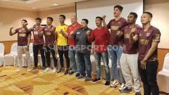 Indosport - CEO klub Liga 1 PSM Makassar, Munafri Arifuddin (hitam), bersama rekrutan anyar pada jendela transfer Liga 1 2020.