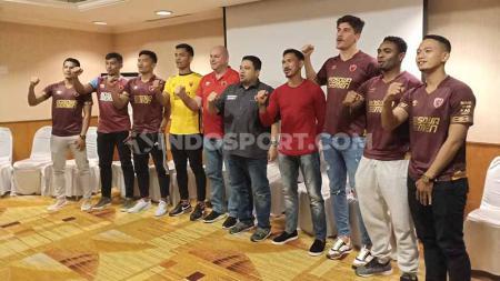 CEO klub Liga 1 PSM Makassar, Munafri Arifuddin (hitam), bersama rekrutan anyar pada jendela transfer awal musim 2020. - INDOSPORT