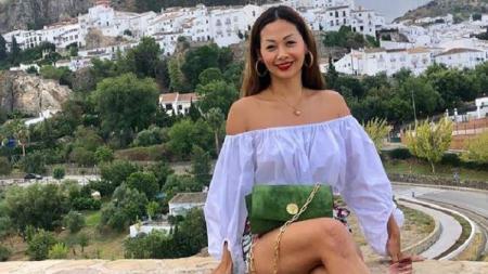 Aktris cantik Indonesia, Indah Kalalo, sukses membuat membuat netizen terpana saat berpose di pinggir kolam renang bersama sahabatnya, Shanty Paredes. - INDOSPORT