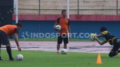 Indosport - Benny van Breukelen tetap memantau kiper muda Persebaya Surabaya, Ernando Ari Sutaryadi, yang saat ini fokus menjalani latihan dengan Timnas Indonesia U-19.