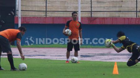 Benny van Breukelen tetap memantau kiper muda Persebaya Surabaya, Ernando Ari Sutaryadi, yang saat ini fokus menjalani latihan dengan Timnas Indonesia U-19. - INDOSPORT