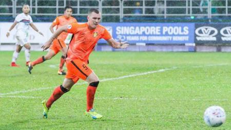 Bek asing Adam Mitter baru saja resmi ke Persiraja Banda Aceh di mana ia dihadapi tantangan fakta tak ramahnya pemain kelahiran Inggris tampil di Liga 1. - INDOSPORT